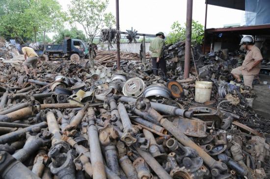 Các thương lái, chủ cửa hàng sửa chữa ô tôtừ khắp nơi trên cả nước đổ về thôn chọnmua phụ tùng.Cái nào còn dùng được thì để bán riêng còn lại những đồ hỏng hóc đem bán đồng nát được khoảng 9 nghìn - 15 nghìn/kg