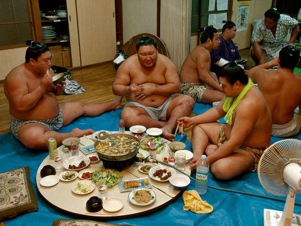 Những bữa cơm hàng khủng của các võ sĩ Sumo