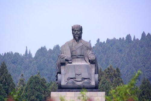 Tượng Khổng Minh tại Khu du lịch văn hóa Gia Cát Lượng, tỉnh Sơn Đông, Trung Quốc.