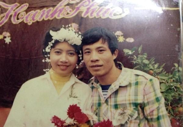 """Ảnh cưới của bố mẹ thành viên O.S: """"Vì ngày xưa ông bà không giàu có, nên đám cưới bố mẹ chỉ được mặc trên người bộ quần áo đẹp nhất, mượn hoa rồi cài lên đầu. Không được đi xe hơi, trang điểm như nhiều bố mẹ khác, nhưng mình luôn yêu bố mẹ mình nhất""""."""