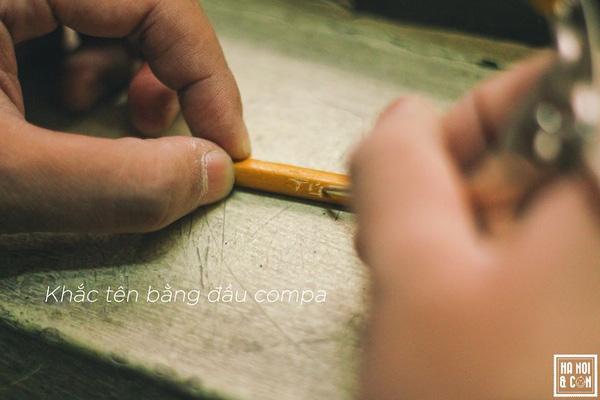 Suốt 4 năm cấp 2, khắc tên bằng đầu compa là trò được tớ chơi nhiều nhất. Tớ dùng đầu compa khắc lên mọi nơi có gỗ: bút chì này, mặt bàn này, ghế này,… Lúc đầu chỉ muốn đánh dấu sở hữu cho bản thân, hoặc đôi khi là đánh dấu những nơi đã từng chạm vào, từng ngồi vào mà thôi. Nhưng rồi bỗng cảm thấy khắc đẹp cũng là một nghệ thuật, và thực thi nó cứ như mình là một nhà điêu khắc thực thụ