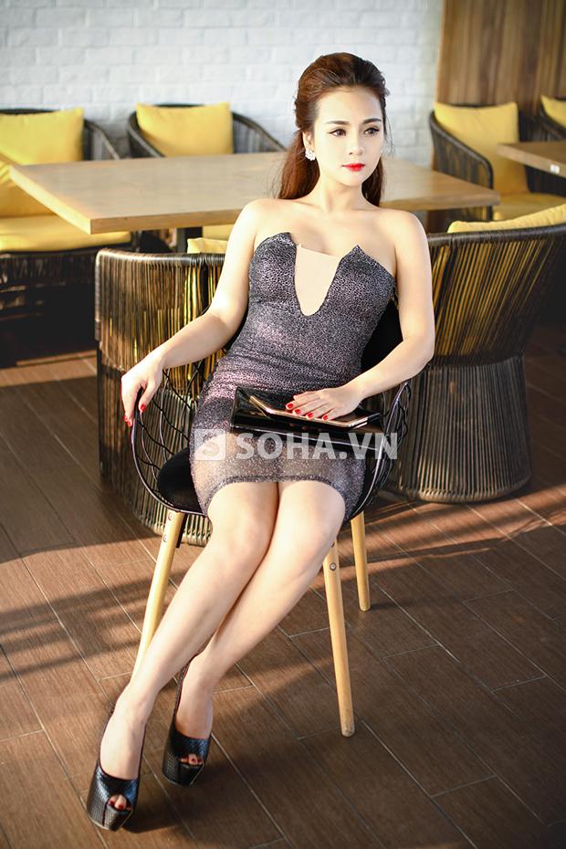 Nga Hoàng đã đảm nhiệm vai trò người mẫu cho chính những mẫu thiết kế của cô.