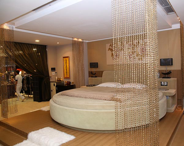 Nhìn bao quát cả không gian phòng ngủ, mọi nội thất đều được sắp xếp rất hài hoà, không thừa thãi.
