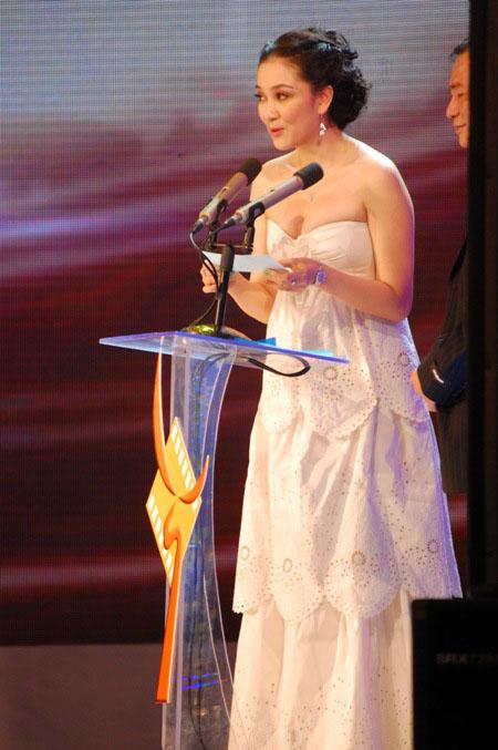 Phong cách thời trang ghi điểm cho Hoa hậu Nguyễn Thị Huyền thường là những chiếc váy dài thướt tha, có khoảng hở vừa phải ở vai và ngực.