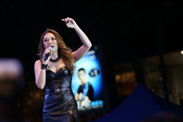 Kết thúc tiết mục mở màn, Mỹ Tâm gửi lời chào, lời cảm ơn đến fans trên toàn quốc đã không ngại vất vả để có mặt trong sự kiện này. Cô cũng tiết lộ đã bán được 3600 đĩa sau 4 tiếng phát hành.