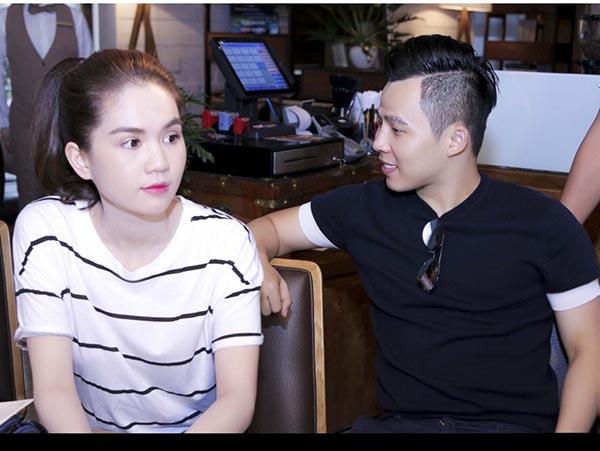 Ngọc Trinh chăm chú nghe đạo diễn chương trình trao đổi công việc.
