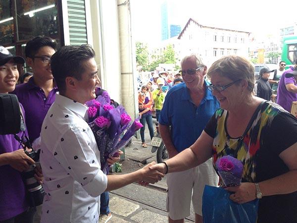 Bên cạnh những người phụ nữ Việt Nam, một số vị khách ngoại quốc có mặt tại chợ Bến Thành, chợ Bà Chiểu cũng được Mr Đàm tặng hoa và gửi lời chúc tốt đẹp nhất.