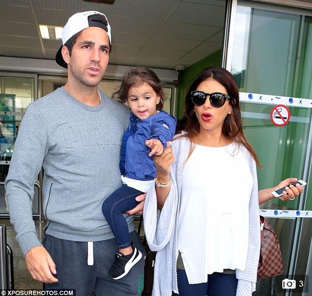 Cesc Fabregas cùng con gái và cô bồ hơn tuổi tới Nice nghỉ mát