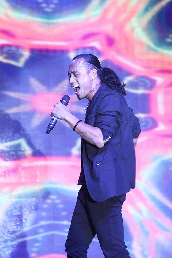 Với chương trình mang màu sắc thể thao, Phạm Anh Khoa truyền lửa cho đồng nghiệp và khán giả với bản rock ca khúc: Sắc màu, Ngựa ô thương nhớ...