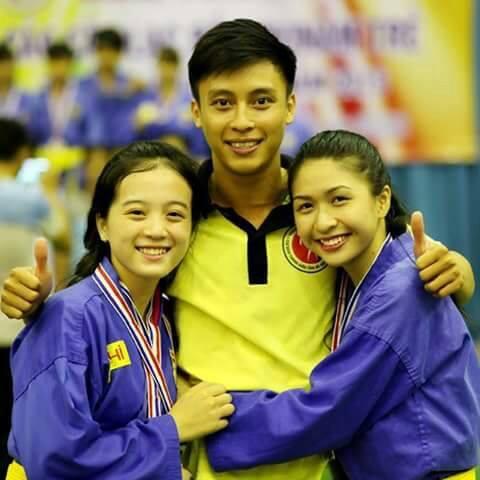 Nguyễn Ngọc Mai (phải) vẫn rất nữ tính trong bộ võ phục.