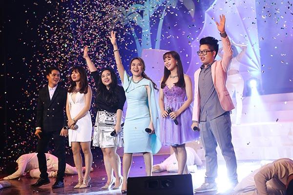 Khoảnh khắc Mỹ Tâm và các học trò biểu diễn Liên khúc Ban mai tình yêu - Ngày mai để kết thúc chương trình.