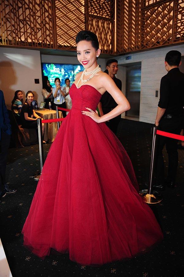Khác với bà mẹ nhí, trong lần tham dự sự kiện thời trang hiếm hoi, Tóc Tiên lại tự tin khoe vẻ gợi cảm với chiếc váy đỏ cúp ngực lộng lẫy.