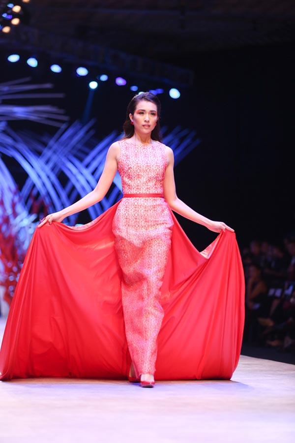Nhờ kinh nghiệm hoạt động trong lĩnh vực người mẫu nhiều năm, Phạm Hương, Lệ Hằng tự tin sải bước trên sàn diễn.
