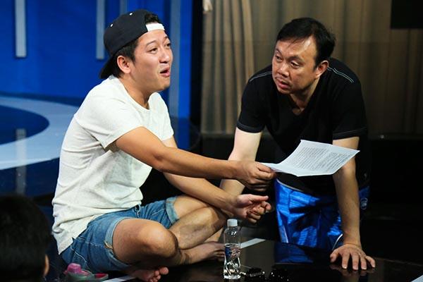 Trò chuyện 1 khoảng thời gian, Trường Giang tiếp tục ngồi xem lại lịch bản và tiết lộ thêm nhiều thông tin thú vị với Chí Tài về chương trình đánh dấu 10 năm hoạt động nghệ thuật.