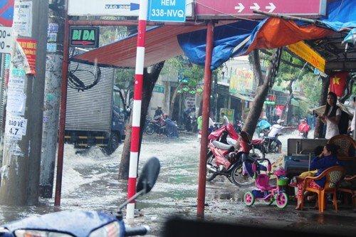 mưa lớn, đường phố Sài Gòn, ngập lênh láng, nước thối