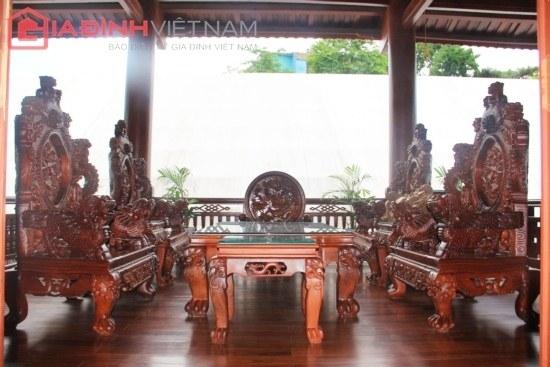 Hình ảnh chiếc ghế dài với kích thước lớn khiến nhiều du khách thích thú