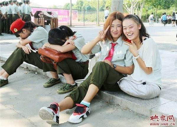 Cô gái rất hòa đồng với bạn bè.