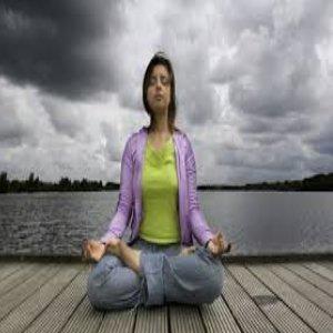 Ngồi ở một yên tĩnh, thoải mái, nhắm mắt lại, thư giãn và tập trung vào hơi thở.