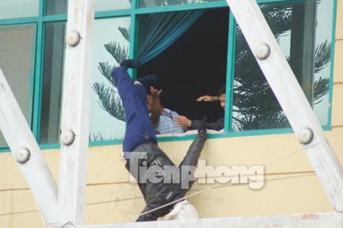 Một con tin bị bọn khủng bố giết hại và ném qua cửa sổ tầng hai nhà thi đấu để gây áp lực.