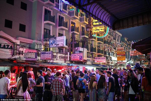 Khu ổ chuột ở Bangkok luôn tập trung đông đúc Tây ba lô khi màn đêm đã buông xuống.