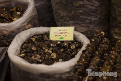 Đặc sản đồ khô miền Bắc là một trong những mặt hàng được ưa chuộng nhất tại hội chợ.