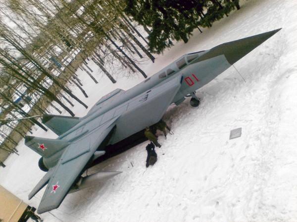 """Các mô hình bơm hơi dần thay thế cho các sản phẩm bằng gỗ dán.  Theo ông Stepanov, NPP Rusbal đã mấy năm sản xuất hệ thống tên lửa S-300 bơm hơi theo đơn đặt hàng của Bộ Quốc phòng Nga.  Ngoài ra, Quân đội Nga còn """"đưa vào trang bị"""" cả máy bay mô hinh Su-27 và MiG-31."""