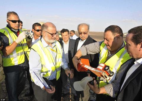 Ông Ismail (thứ 3 từ phải sang) đang quan sát quá trình thu thập dữ liệu từ chiếc máy bay. Ảnh: Daily Mail
