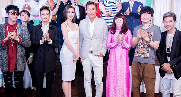 Phong cách trẻ trung của HKT được đánh giá cao khi đứng cạnh các nghệ sĩ ngoại quốc.