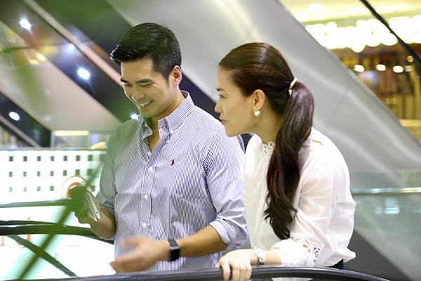 Sau 1 vòng thăm quan, Trương Ngọc Ánh và người đàn ông đi cùng tiến tới khu vực mua sắm.