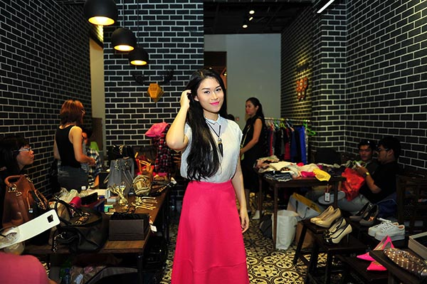 Ngoài việc ủng hộ đồ, Ngọc Thanh Tâm còn dành hẳn 1 ngày để làm nhân viên tư vấn và bán hàng.