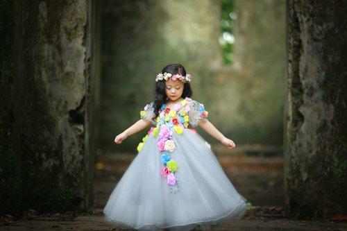 Bộ váy được tết những bông hoa xinh xắn