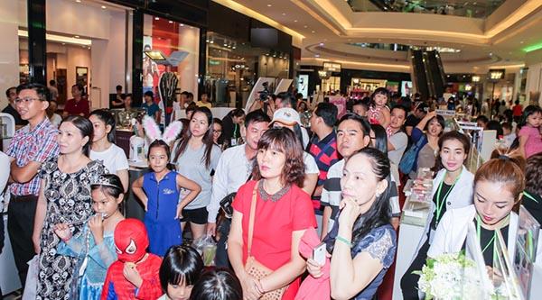 Quang cảnh đám đông vây kín xem Hương Giang biểu diễn và giao lưu.