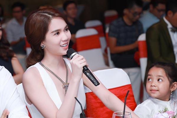 Hình ảnh phát biểu của Ngọc Trinh trong họp báo.