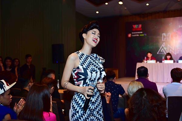 Màn biểu diễn ngẫu hững của Maya cũng nhận được nhiều sự cổ vũ của báo giới, đồng nghiệp và khán giả có mặt tại đây.