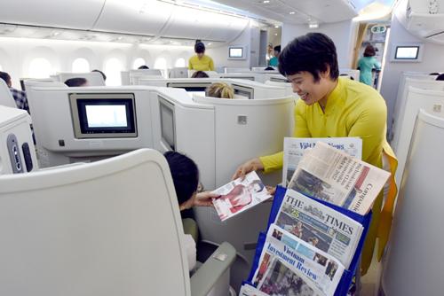 Bên cạnh hệ thống phim ảnh giải trí được cài đặt sẵn trên màn hình, hành khách còn có thể cập nhật thông tin trên báo chí được phục vụ tận nơi.