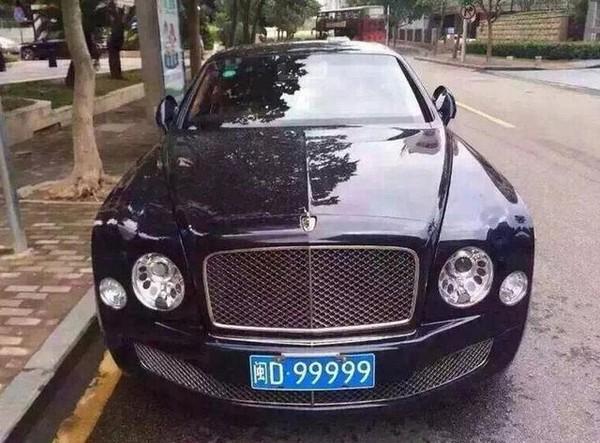 Bentley Mulsanne biển số D.99999 với mức giá: 4.98-9.28 triệu tệ (tương đương 17.59-32.78 tỷ đồng)