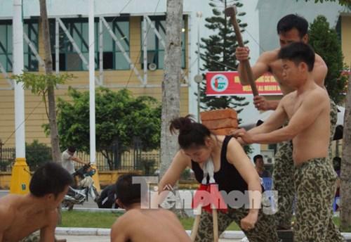 Bóng hồng đặc công Việt Nam thi triển nội công.