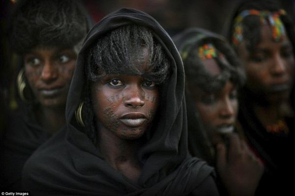 Phụ nữ Wodaabe có tới 8 bông tai, xăm mình và có khuôn mặt đặc trưng.
