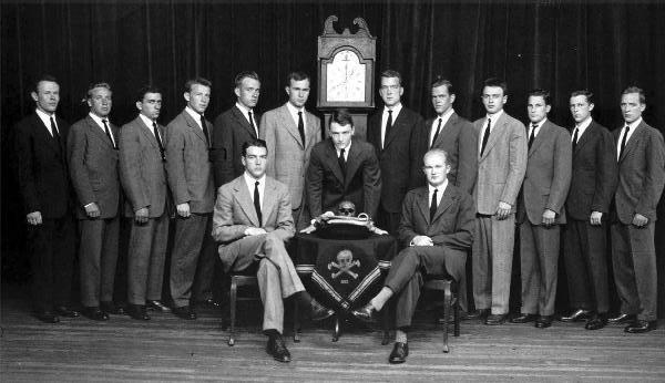 Những thành viên của Hội Đầu lâu Xương chéo (Cựu Tổng thống Mỹ George Bush đứng bên trái chiếc đồng hồ)