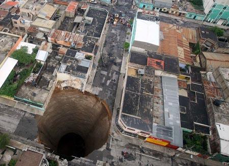 Chiếc hố sụt đất tạo ra từ những trận mưa lớn trong cơn bão nhiệt đới Agatha ở thành phố Guatemala có chiều rộng khoảng 30 m và sâu 60 m.
