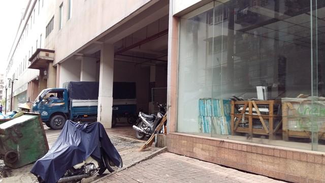 Thuận Kiều có 3 tòa tháp A, B và C. Mặt sau của tòa tháp A đang được trưng dụng làm nhà kho, nơi chứa rác rất hôi thối. (Ảnh: Cafef)