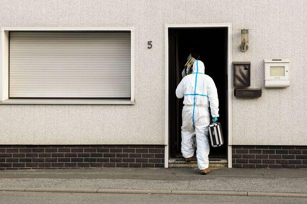 Các nhân viên pháp ý vào căn nhà nơi phát hiện các xác trẻ sơ sinh.