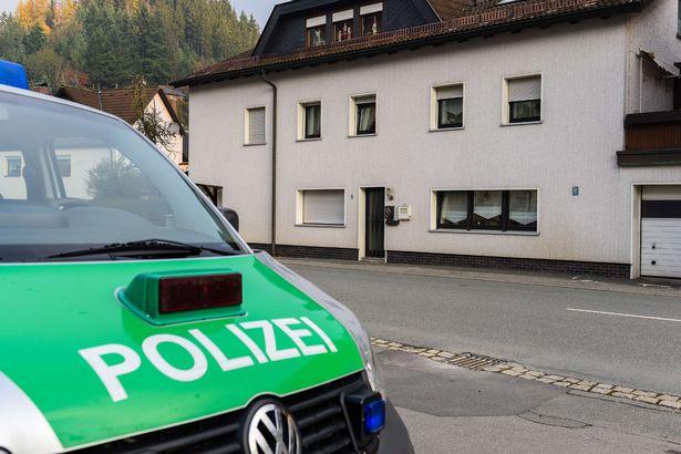 Sau khi nhận điện báo từ bác sĩ được gọi tới để thăm khám, cảnh sát đã có mặt ngay tại hiện trường.