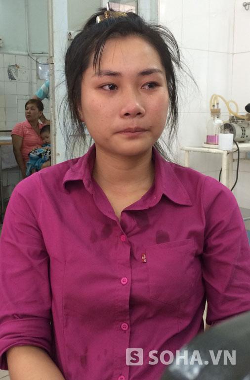 Chị Trần Thị Thảo rơi nước mắt mỗi khi nhìn em trai quằn quại chịu cơn đau