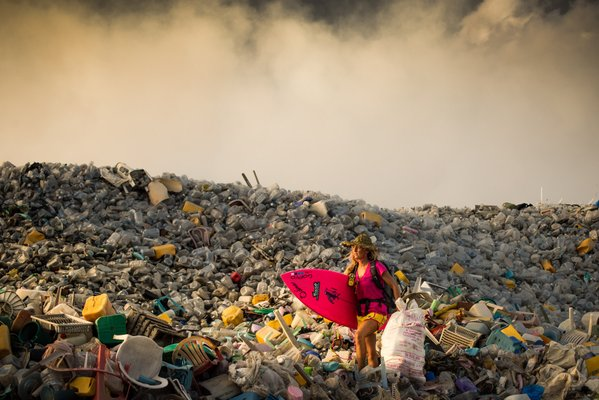 """Đằng sau """"thiên đường"""" du lịch Maldive, có một hòn đảo nhân tạo được dành riêng để chứa rác thải của con người. Đó chính là đảo rác Thilafushi, nơi đón nhận 330 tấn rác mỗi ngày."""