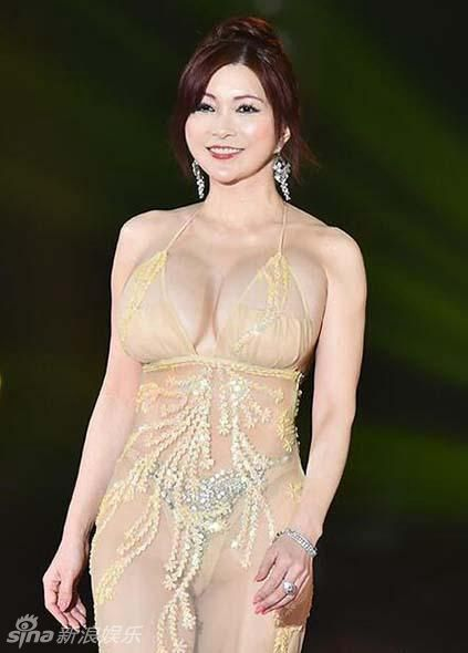 Chiếc váy tôn lên vòng 1 size H của Mika Kano
