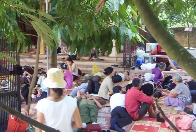 Người dân đến nhà bà Phú chữa bệnh. Ảnh. Xuân Hải (chụp năm 2009)/Infonet