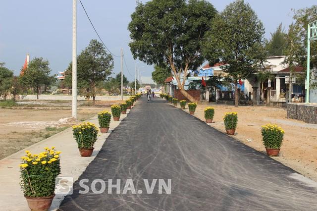 Đoạn đường từ tỉnh lộ 605 dẫn vào khu an táng đã được dải thảm nhựa bê tông đảm bảo chất lượng tốt và sạch sẽ.