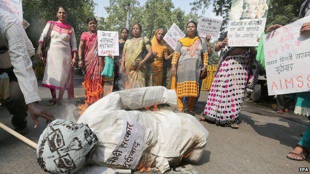 Mọi người biểu tình phản đối vụ bé gái 4 tuổi bị cưỡng hiếp vào tuần trước.