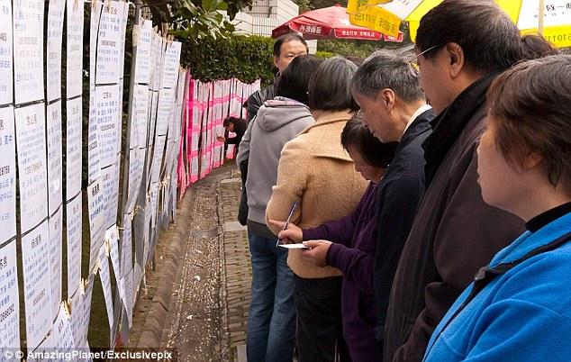 Các phụ huynh ở Trung Quốc muốn con cái của họ kết hôn trước 27 tuổi.